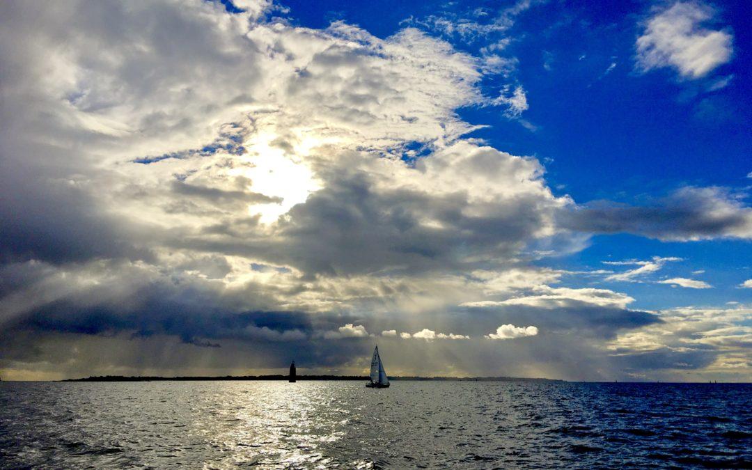 Vue en bateau depuis Gâvres, face à l'Ile de Groix, un après-midi de novembre